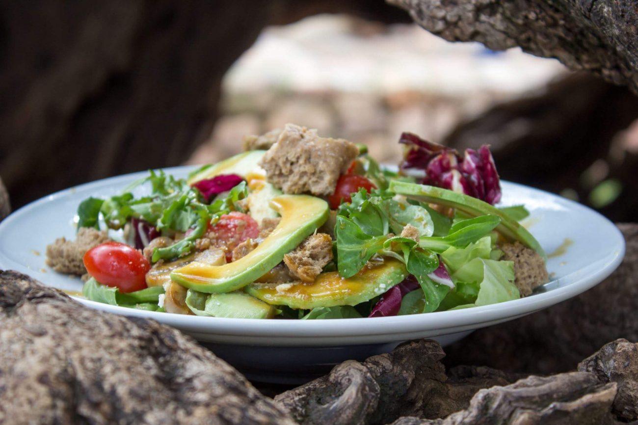 Πράσινη σαλάτα με αβοκάντο, παξιμάδι