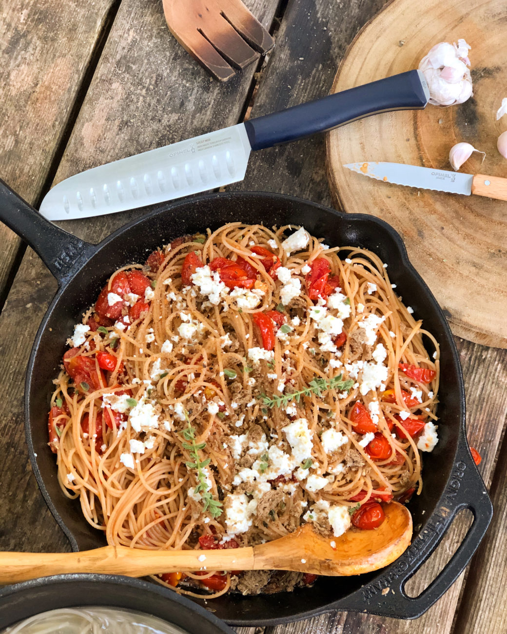 Σπαγγέτι Ζέας με ντοματίνια, φέτα και τρίμμα παξιμαδιού