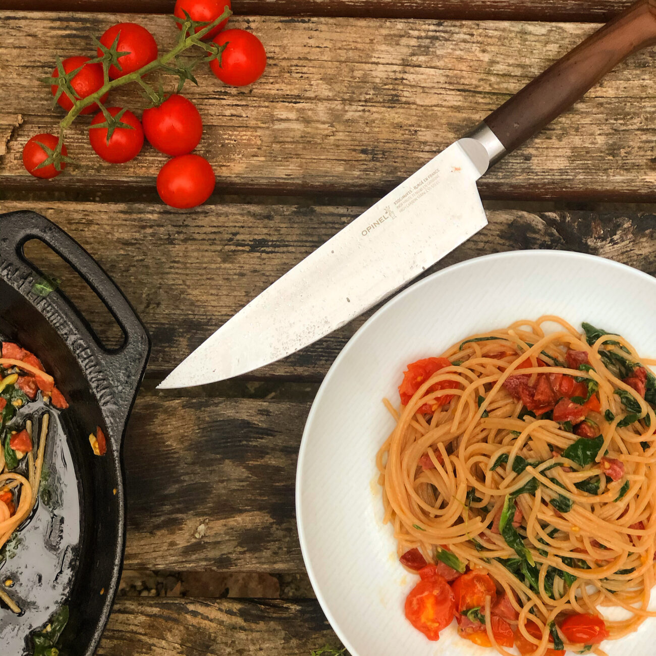 Σπαγγέτι με λουκάνικο,ντοματίνια ,σπανάκι